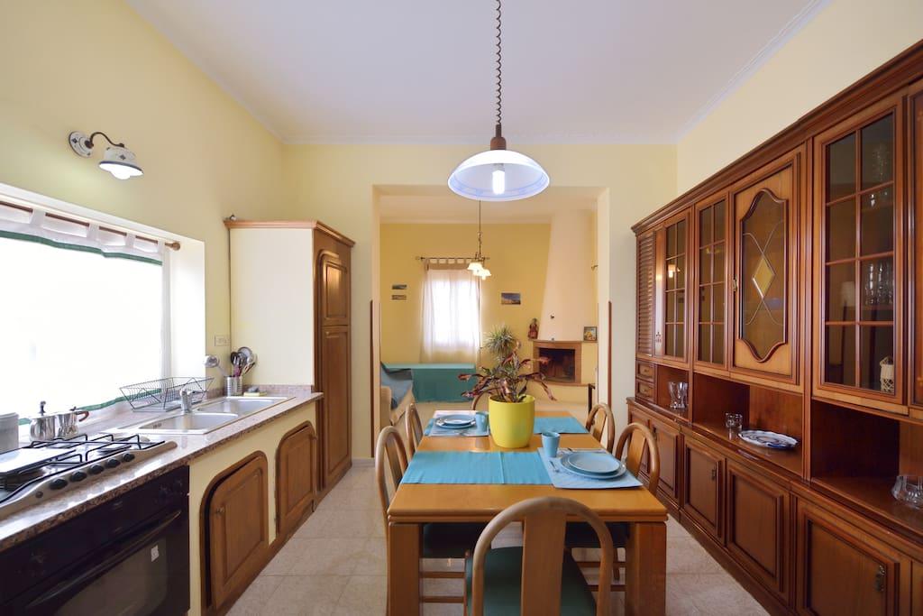 Cucina e soggiorno luminosi