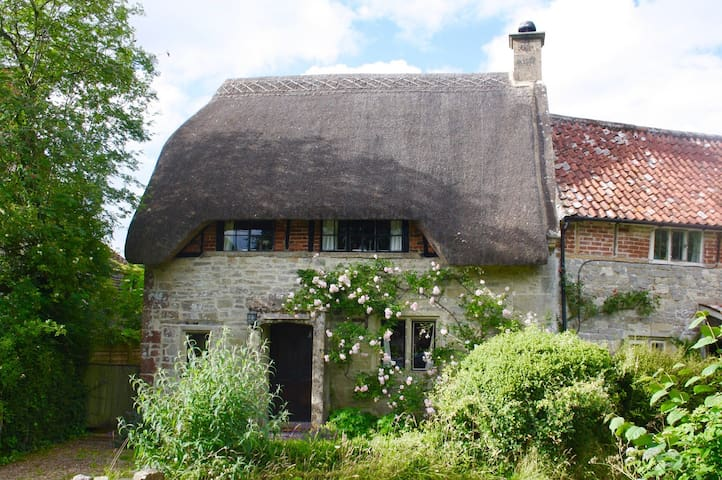 3-bed Thatched Cottage nr Salisbury & Stonehenge