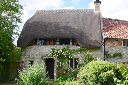 3-bed Thatched Cottage nr Salisbury & Stonehenge - Teffont Magna