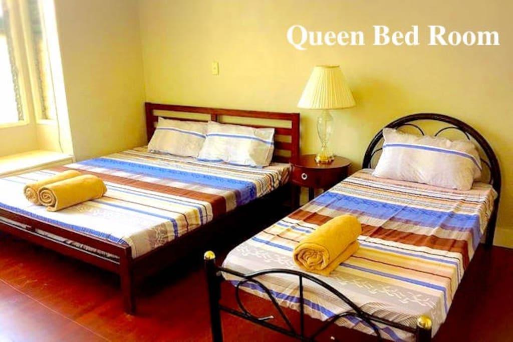 クイーンサイズのベッドとシングルべッドで最大3名まで宿泊可能