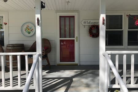 Charming 3/2 1400sf country farm house on 32 acres