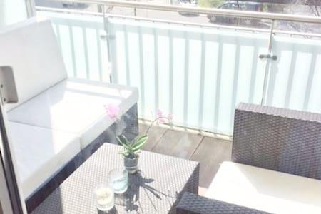 Sonnendurchflutete gehobene Wohnung mit Balkon - München - Apartment
