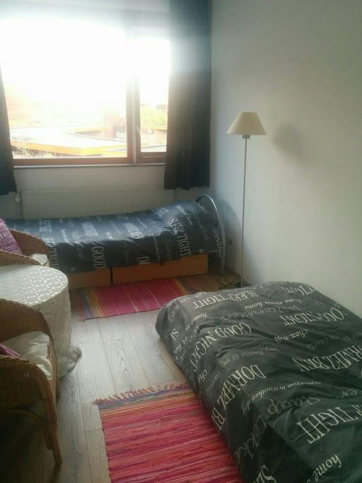 Nog een kamer met twee single bedden