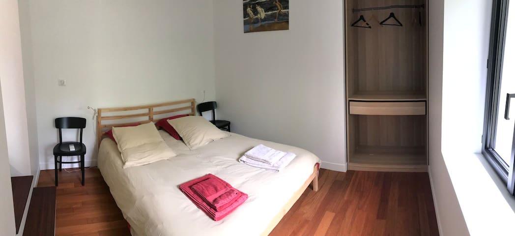 Chambre 2, lit king size  160x200 penderie, climatisation et vue sur la rivière.