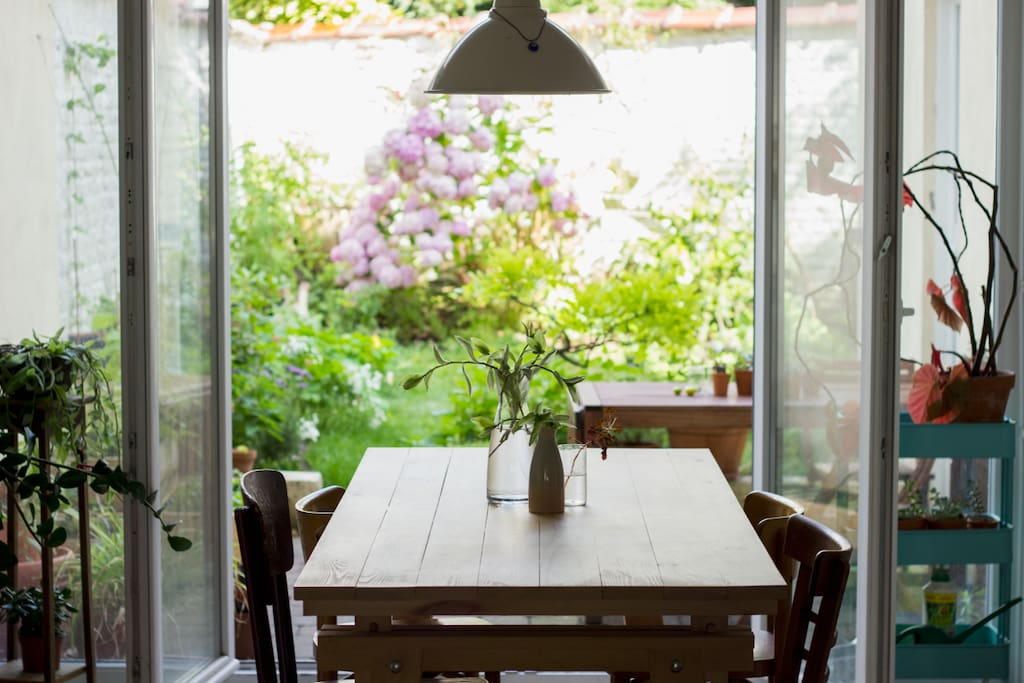 The dining room with view on the garden