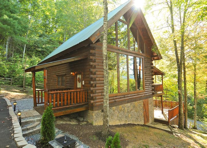 Charming cabin tucked-away in the woods, with hot tub, fireplace and pool table