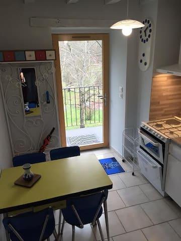 La cuisine et la porte d'entrée du gîte