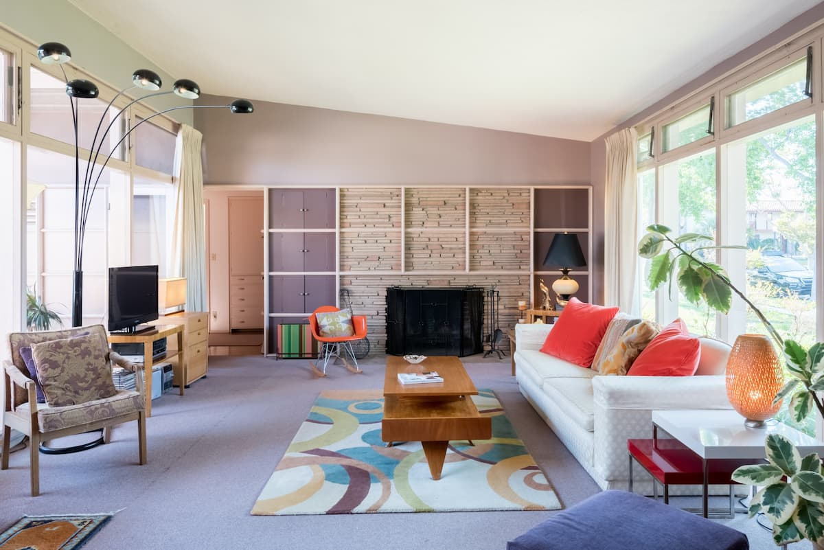 Colorful Bed/Bath in 50s Ranch-Style Home in Long Beach