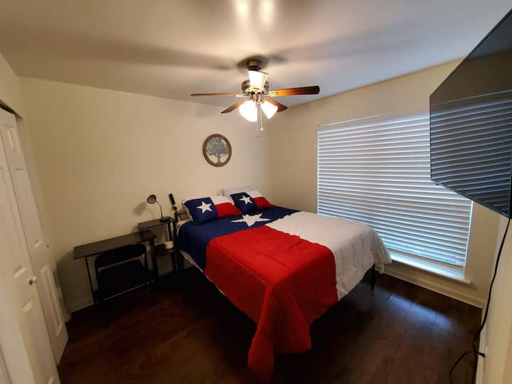 Affordable Nice Large Private Bedroom w/ wifi & TV