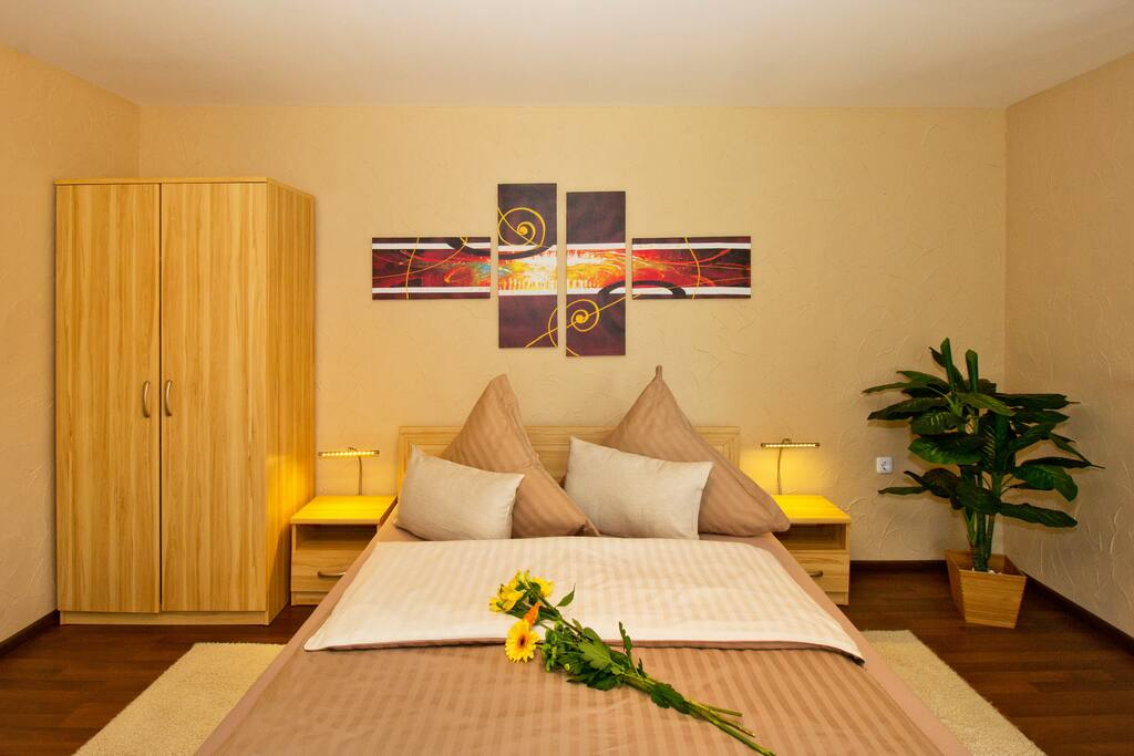 gemütliches Doppelbett und Kleiderschrank mit viel Stauraum