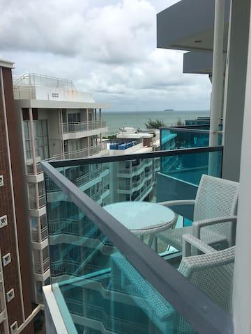 วิวที่มองเห็นจากห้องชั้นบนสุด Sea view from balcony