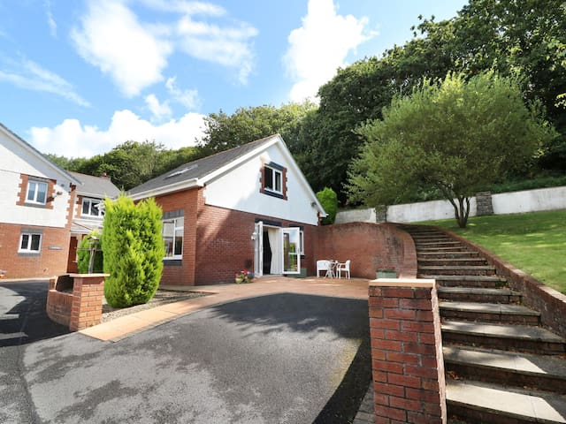 THE LODGE, pet friendly, with a garden in Kidwelly, Ref 964370