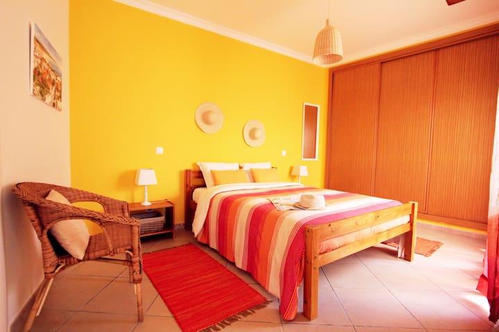 Casa a Sul, Lagos GuestHouse quarto duplo + páteo