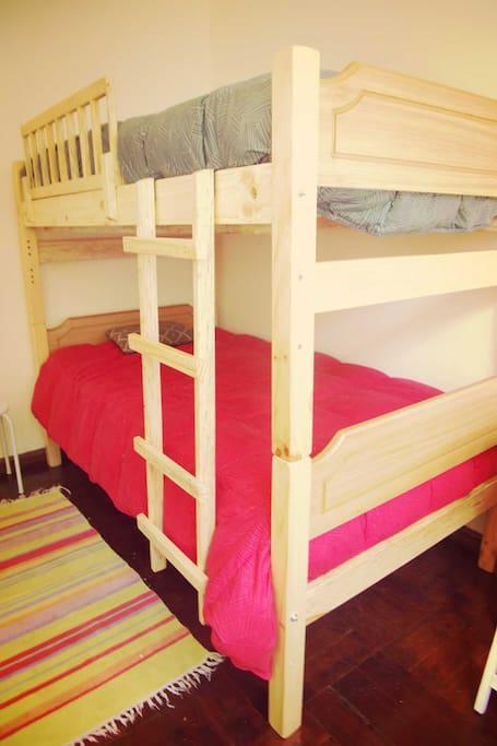 Esta es la cama, que puede ser para una o dos personas ... tiene calientacamas y cobertor de plumas, sábanas y tenemos toallas disponibles por si necesitan ...