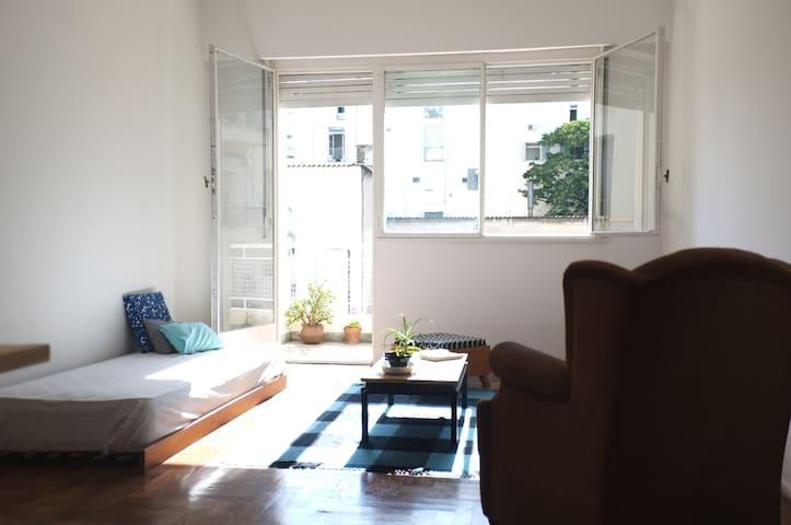 Sala de estar con salida al balcón