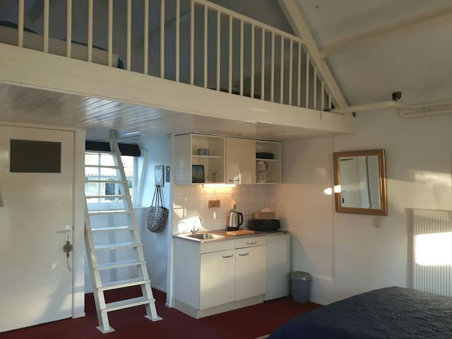 Guest boat house Loosdrecht (Amsterdam lakes)