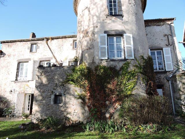 Ancien prieuré restauré. Proche de Vichy.