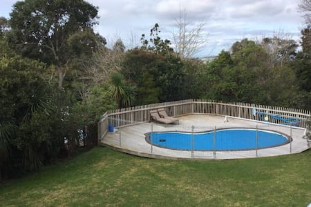 Modern spacious home + swimming pool close to CBD - Auckland