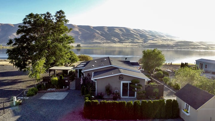 Amazing riverside home!!!  3 Bed 2/ Bth w/hot tub