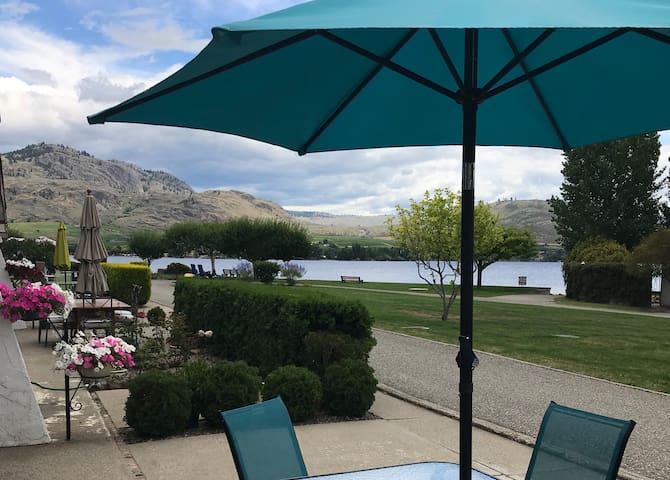 Snowbirds! Wine country condo on the lake