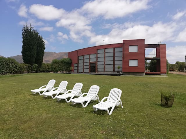 La espacialidad que brinda las áreas verdes y la casa, permite que un grupo grande pueda disfrutar de la mejor forma los dias de descanso.
