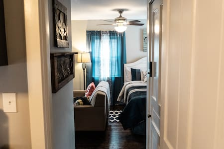 Stylish studio, 10 minutes to Churchill Downs!
