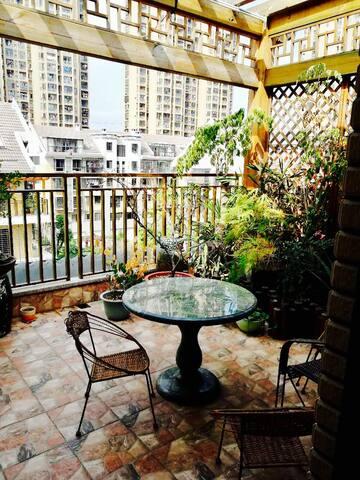 厦门市区豪华装修温馨套房,可住6人露天阳台,公交站附近,交通便利。