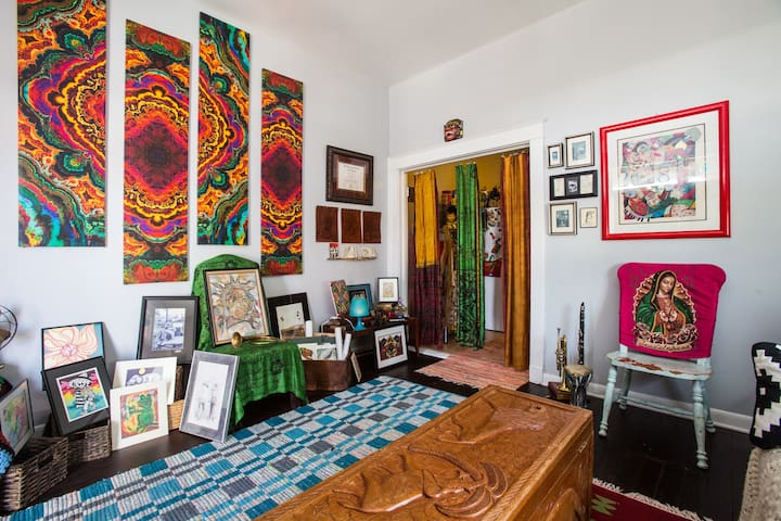 Hip Room in Boho Pad One Mile From The Quarters