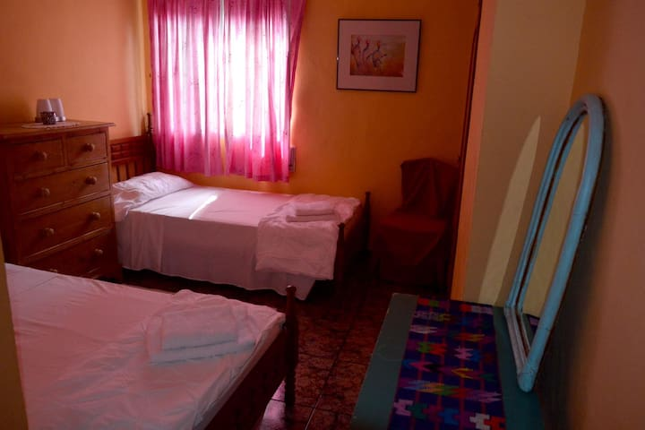 Twin beds/Kingsized bedroom, Riverside Finca/Wi-Fi - Vilallonga