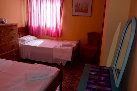 Twin beds/Kingsized bedroom, Riverside Finca/Wi-Fi - Vilallonga - Willa