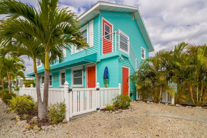 Bright, open-concept condo w/ shared pool - near beach, restaurants, & pier!
