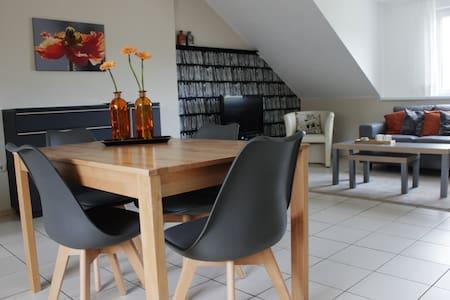 Moderne, helle Dachgeschosswohnung in Winzerort - Nittel - เกสต์เฮาส์