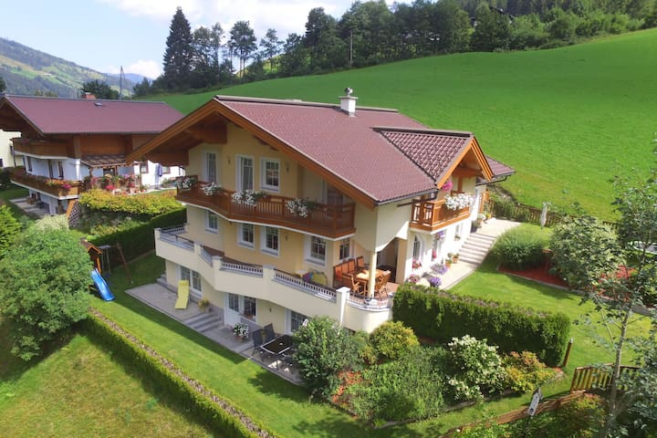 Casa del año 2004 y está decorado con impresionantes paisajes de montaña moderna
