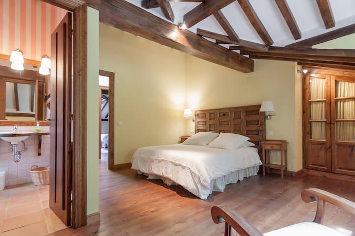 Habitación principal con baño Master room with bathroom and a queen size bed