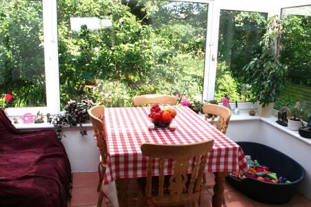 Pretty village accommodation - Paul