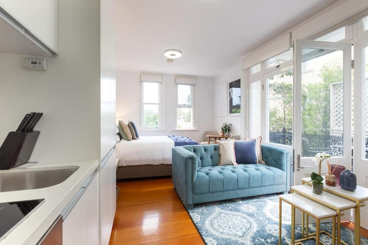 Intimate Studio Apartment with Balcony in Glebe