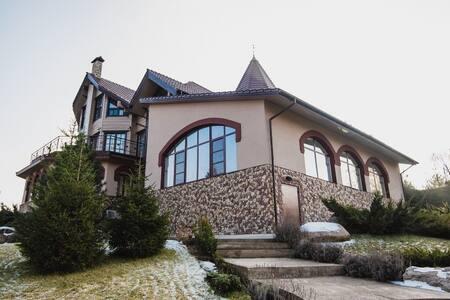 Дом с 7 спальнями, бассейном и видом на озеро