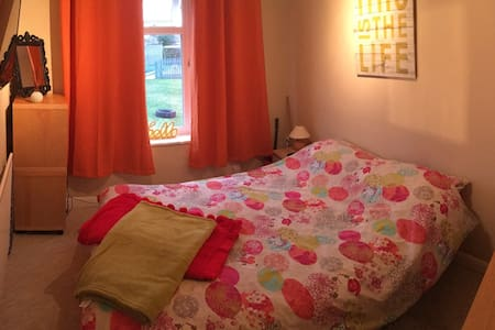 Double room with own toilet/sink and entrance - Lincoln