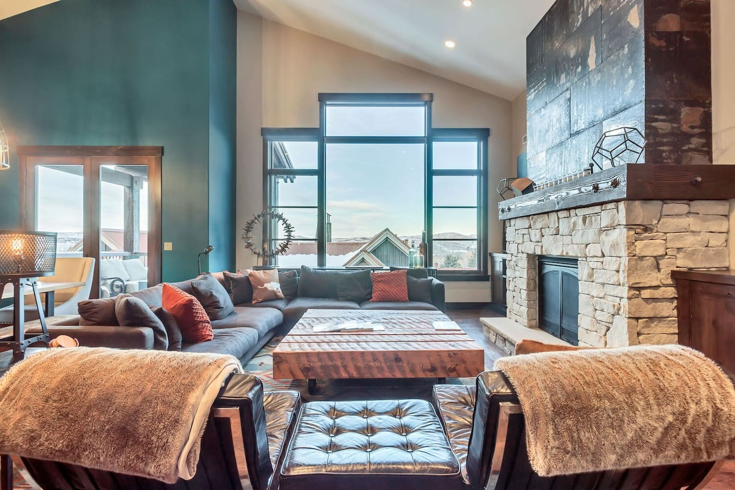 Professionally Decorated Mountain Contemporary Ski-in/Ski-out Penthouse with Vaulted Ceilings