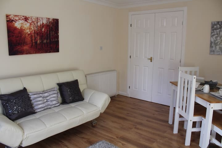 Stylish Ground Floor Flat close to Town Centre - Motherwell - Lägenhet