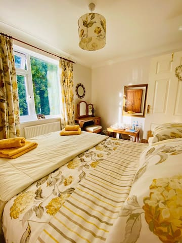 Beautiful sunny double room in cosy cottage