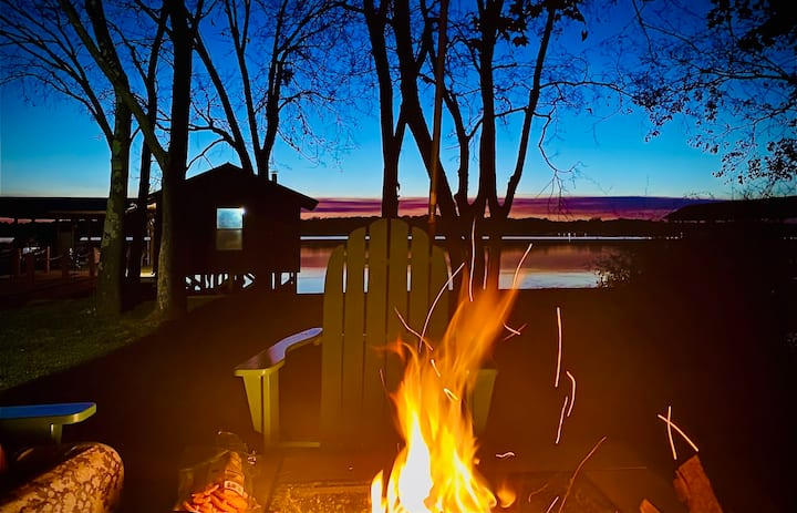 Quiet lake-front log cottage with amazing sunsets!