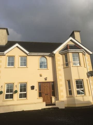 Large detached house with ample parking. - Burnfoot - Penzion (B&B)