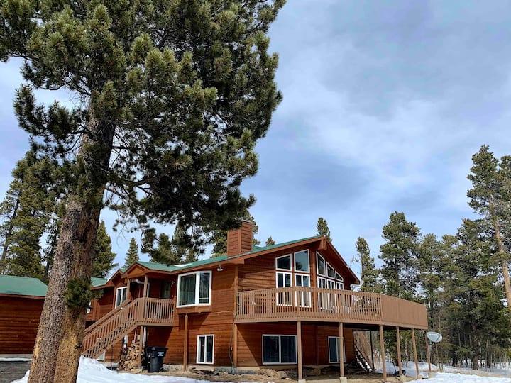 Large Mountain House w/Hot Tub-Golden Moose Lodge