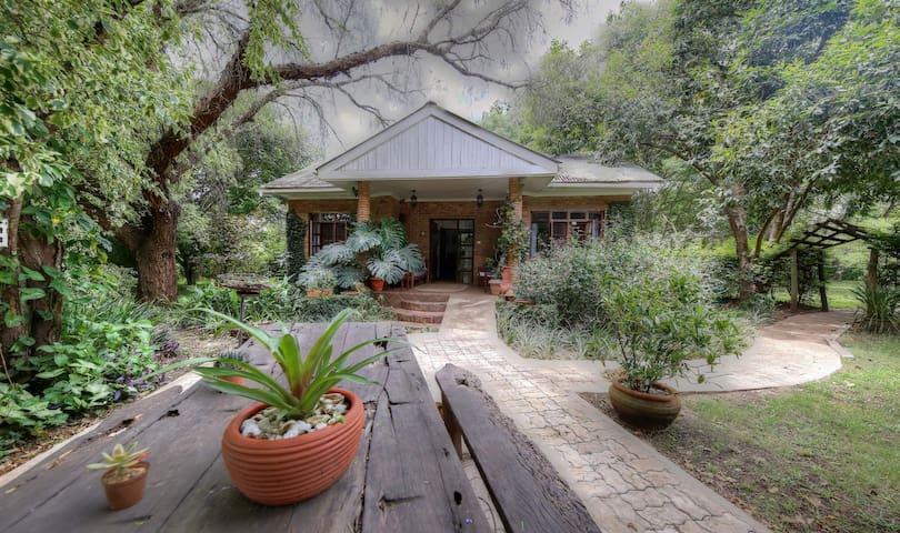 Garden Cottage on Wildlife Estate - Nyampala