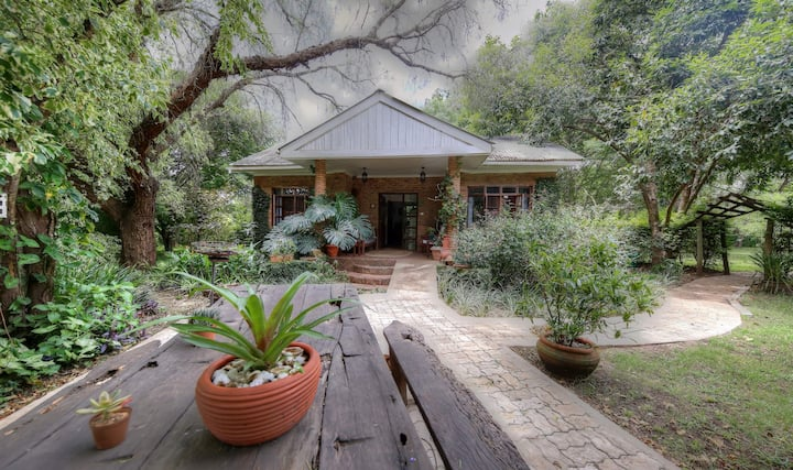 Bushbaby Cottage on Wildlife Estate - Nyampala
