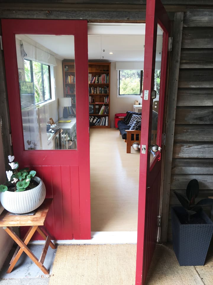 The Red Door - Spacious Sunny Studio at the Beach.