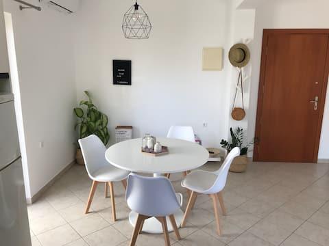 Φωτεινό και μοντέρνο διαμέρισμα ΔΊΠΛΑ στην ΠΑΡΑΛΊΑ