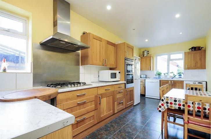 Large Room in Happy Home - New Malden - House