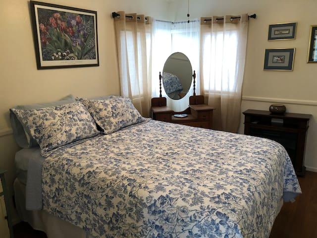 This comfortable bedroom with a queen sized  bed,looks very inviting. The luxurious linens will ensure you have a great night's sleep.  There is even a  fireplace for your enjoyment!